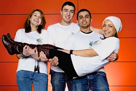 Drei Jugendliche halten eine JRKlerin.