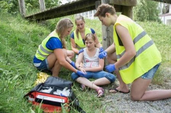 Übung Erste Hilfe Mimende Verletzte wird versorgt
